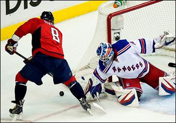 """13 мая 2013 года. Вашингтон. Плей-офф НХЛ. 1/8 финала. Матч № 7. """"Вашингтон"""" — """"Рейнджерс"""" — 0:5. Александр Овечкин атакует ворота гостей"""