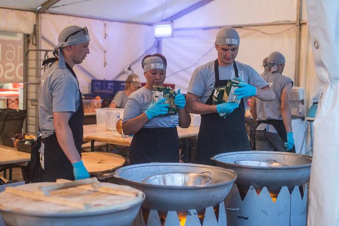 Работники кухни готовятся к наплыву «едоков»