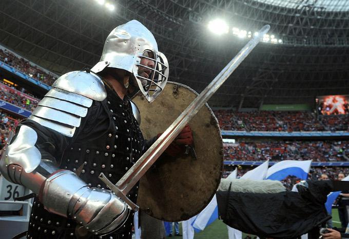 """Рыцарь на поле """"Донбасс Арены"""""""