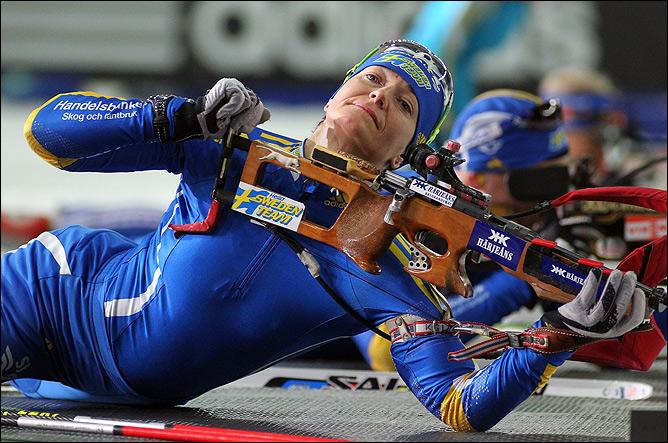 Анна Карин Зидек готовится к стрельбе из положения лёжа