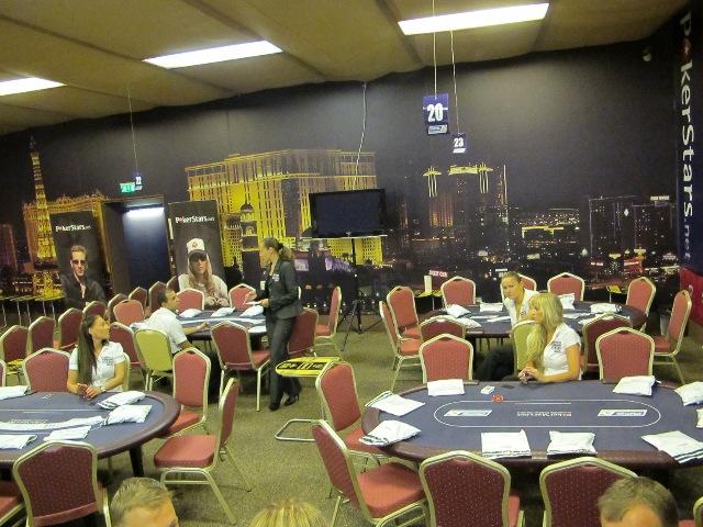 Четыре стола готовы к приему игроков
