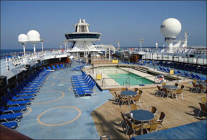 На борту лайнеров имеется 72 бара и ресторана, 6 кинотеатров, 4 мьюзик-холла, 5 дискотек, 2 караоке и даже театр на 1500 мест
