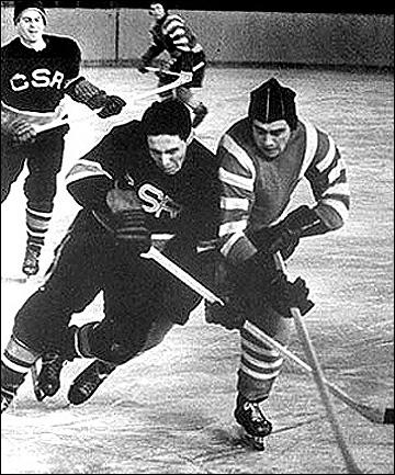 Валентин Кузин (справа) против сборной Чехословакии