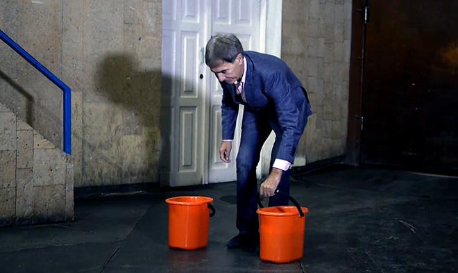 Президент «Молота» Герман Третьяков собственноручно заливает лёд на домашней арене