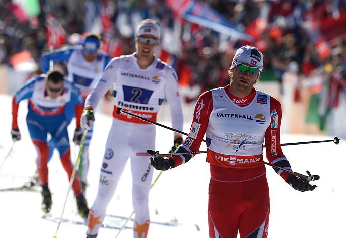 Норвежец Петтер Нортуг, швед Калле Халфварссон, итальянец Давид Хофер и россиянин Сергей Устюгов (справа налево) на финише в эстафетной гонке 4х10 км