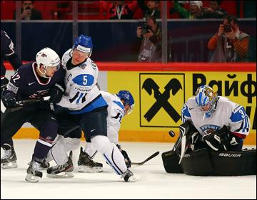 19 мая 2013 года. Стокгольм. Чемпионат мира. Матч за 3-е место. Финляндия — США — 2:3 (ПБ). Ласси Кукконен пытается остановить Криса Батлера