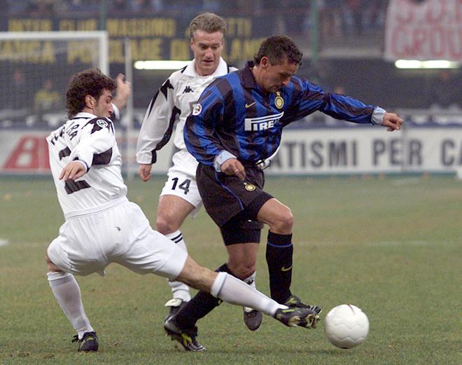 Чиро Феррара пытается отобрать мяч у Роберто Баджо. На заднем плане Дидье Дешам