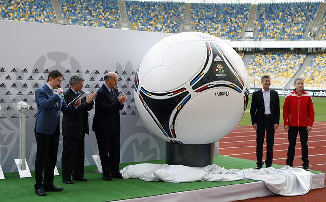 """За несколько часов до главного события вечера в Киеве также презентовали официальный мяч Евро — """"Танго 12"""""""