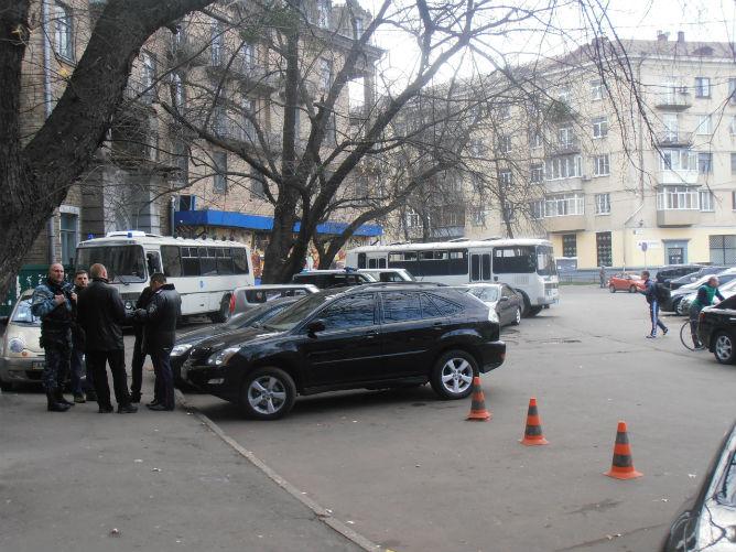 "Два автобуса ""Беркута"" у офиса ""Арсенала"""