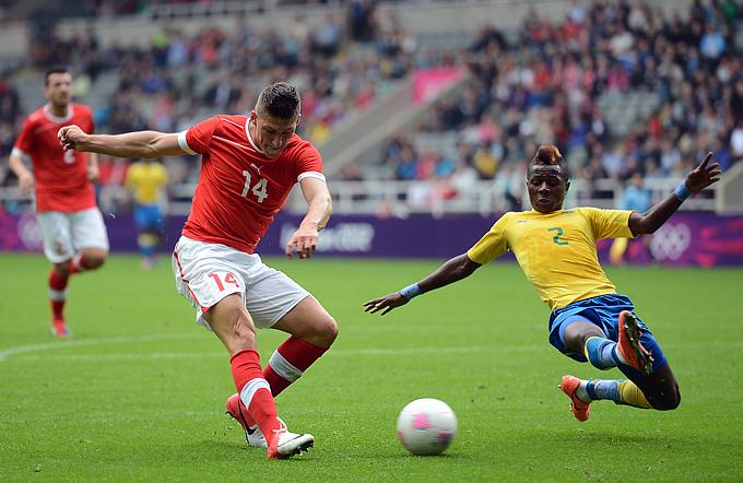 Стивен Цубер атакует ворота сборной Габона на Олимпиаде-2012 в Лондоне