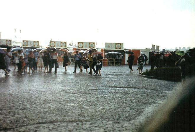 Пасмурное утро и мелкий моросящий дождь не испугали болельщиков