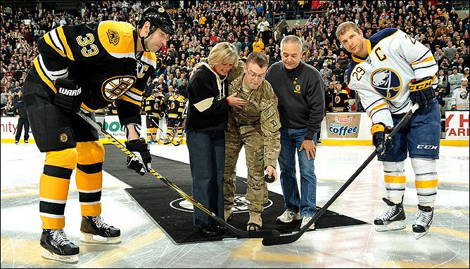 """Торжественное открытие матча """"Бостон"""" — """"Баффало"""" 11 ноября 2011 года. Нам бы поучиться так ценить своих ветеранов, и не только 9 мая…"""