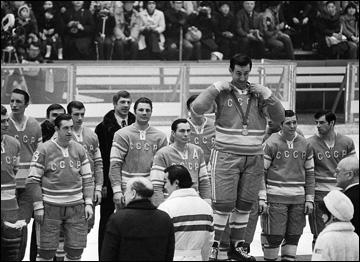 Награждение сборной СССР — чемпиона XI Зимних Олимпийских игр