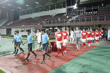 Команды выходят на поле