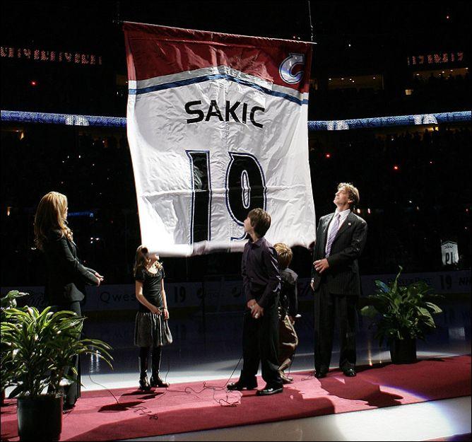 "Джо Сакик с семьей на церемонии подъема его номера под своды ""Пепси Центра""."