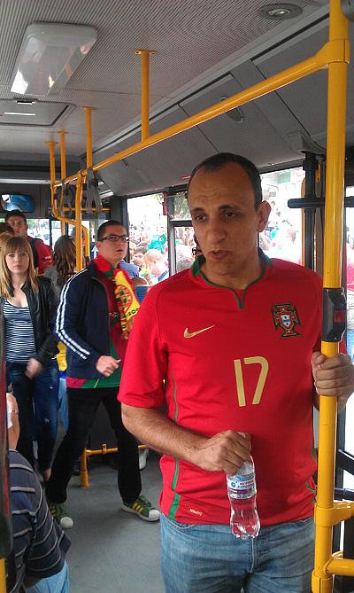 Португальские болельщики в украинском общественном транспорте