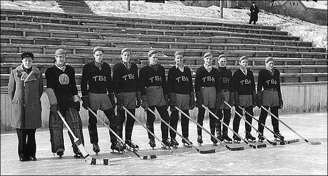 """Гарри Линдблад (крайний слева) – тренер команды """"TBK"""", 1946 год"""