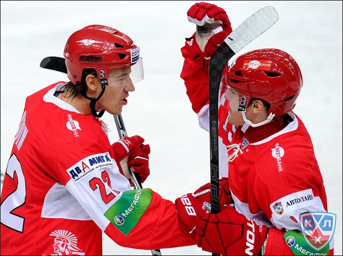 Олег Губин (слева)