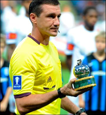 Юрий Можаровский перед матчем за Суперкубок получил приз лучшего арбитра сезона 2012/13