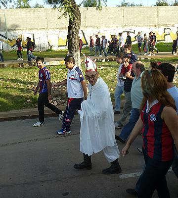 """После известия, что за """"Сан-Лоренсо"""" болеет папа римский Франциск, возле стадиона команды можно увидеть немало """"католических иерархов"""""""
