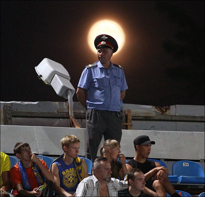 Милиционер и луна