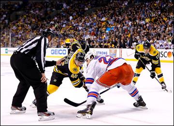 "16 мая 2013 года. Бостон. Плей-офф НХЛ. 1/4 финала. Матч № 1. ""Бостон"" — ""Рейнджерс"" — 3:2 (ОТ). На вбрасывании Давид Крейчи и Брайан Бойл"