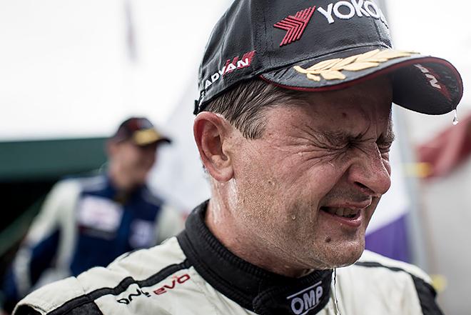 Владислав Незванкин жмурится то ли от дождя, то ли от удовольствия, обогнав на мокрой трассе пилотов на более мощных машинах