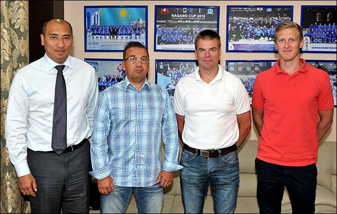 """Ари-Пекка Селин и Раймо Хелминен (в центре) с руководителями """"Барыса"""""""
