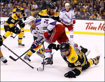 """20 мая 2013 года. Бостон. Плей-офф НХЛ. 1/4 финала. Матч № 2. """"Бостон"""" — """"Рейнджерс"""" — 5:2. Капитан """"рейнджеров"""" Райан Кэллахэн пробивается к воротам"""
