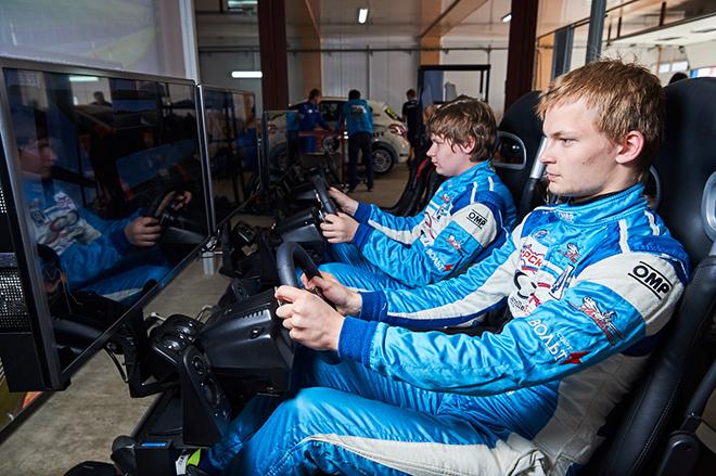В заездах на симуляторах гонщики принимают участие не менее охотно, чем зрители