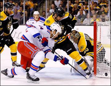 """16 мая 2013 года. Бостон. Плей-офф НХЛ. 1/4 финала. Матч № 1. """"Бостон"""" — """"Рейнджерс"""" — 3:2 (ОТ). Тейлор Пайатт атакует ворота """"Мишек"""""""