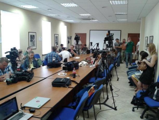 Журналисты в Доме футбола в ожидании пресс-конференции