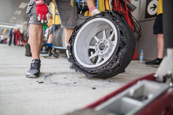 Дистанция гонок РСКГ в Сочи составляла не больше 11 кругов, но результатом борьбы нередко становились пит-стопы для замены порванных шин