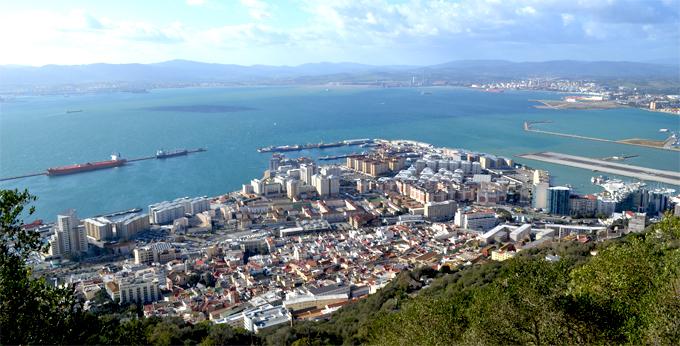 Со скалы весь город Гибралтар – как на ладони