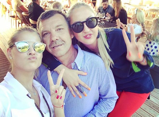 Каждую свободную минуту Олег Валерьевич старается провести с семьёй