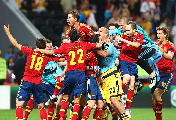 Сборная Испании празднует выход в финал Евро-2012