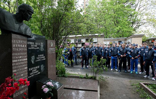 Сборная России на могиле Валерия Харламова