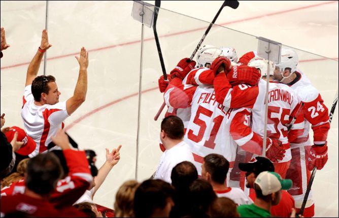"19 апреля 2011. Глендейл. Плей-офф НХЛ. 1/8 финала. ""Финикс Койотс"" — ""Детройт Ред Уингз"" — 2:4."