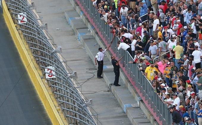 Представители NASCAR убирают остатки обрушившегося кабеля