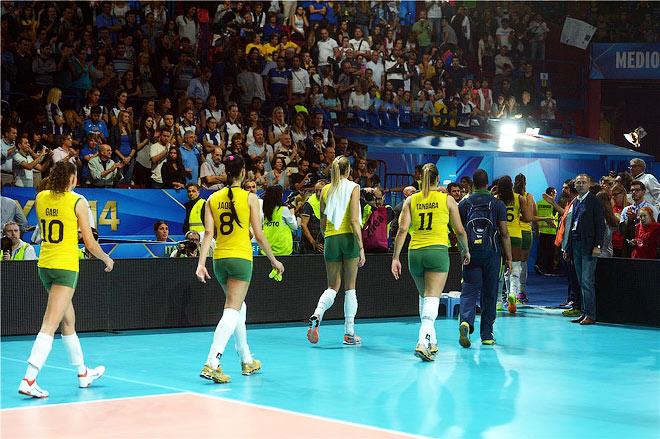 Бразильянки покидают арену после поражения от американок