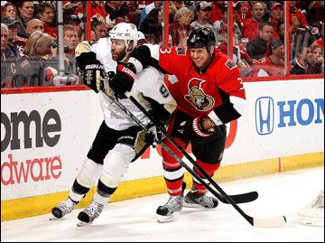 """19 мая 2013 года. Оттава. Плей-офф НХЛ. 1/4 финала. Матч № 3. """"Оттава"""" — """"Питтсбург"""" — 2:1 (2 ОТ). Паскаль Дюпуа не пускает к шайбе Марка Мето"""