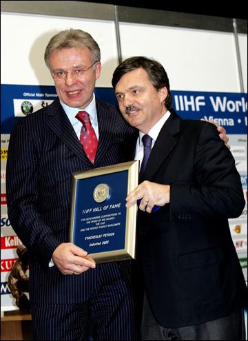 Вячеслав Фетисов и Рене Фазель на церемонии введения Фетисова в Зал Славы ИИХФ