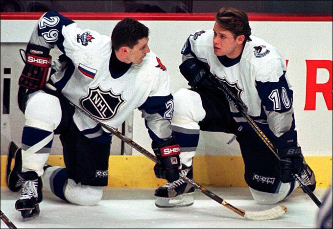 Игорь Кравчук (слева) и Павел Буре на Матче звёзд НХЛ 1998 года