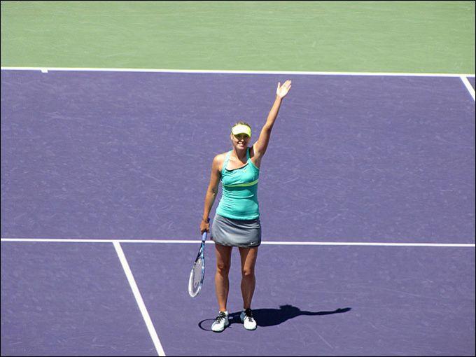 Мария приветствует зрителей после победы