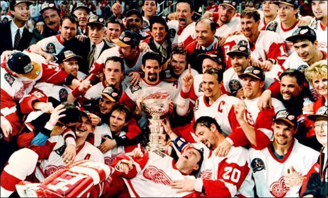 """Обладатели Кубка Стэнли 1997 года – """"Детройт Ред Уингз""""."""