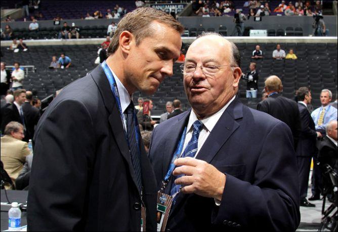 """25 июня 2010 года. Драфт НХЛ. Генеральный менеджер """"Тампы"""" Стив Айзерман и консультант """"Чикаго"""" Скотти Боумэн."""