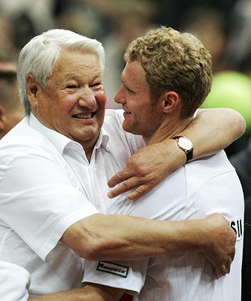 Главный поклонник российского тенниса Борис Ельцин поздравляет Турсунова с успехом