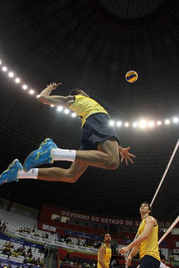 Диагональный сборной Бразилии Уоллас в атаке