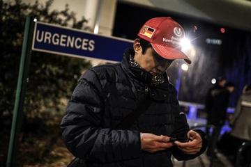 Болельщик Шумахера рядом с госпиталем в Гренобле