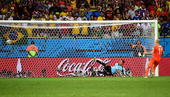 Точный удар Арьена Роббена с пенальти в матче с Коста-Рикой